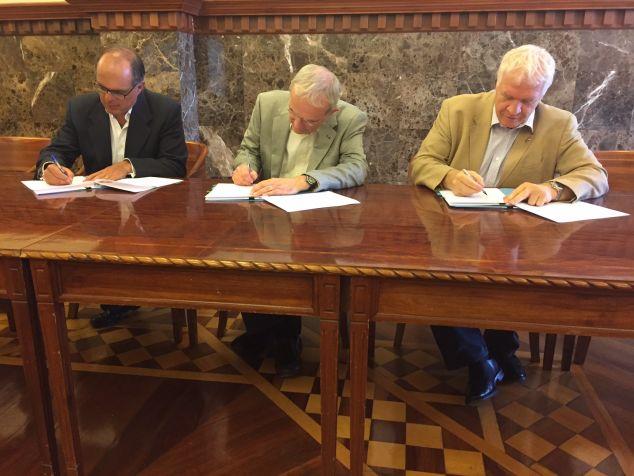 Professor Diego Quioroga, Professor Terry Magnuson. Professor Iain Gordon, signing the agreement.