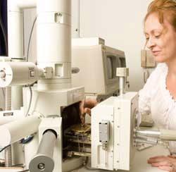 woman using an electron microscope.